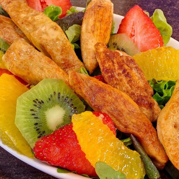 Fruchtiger-Salat-mit-karamellisierten-Haehnchenbruststreifen