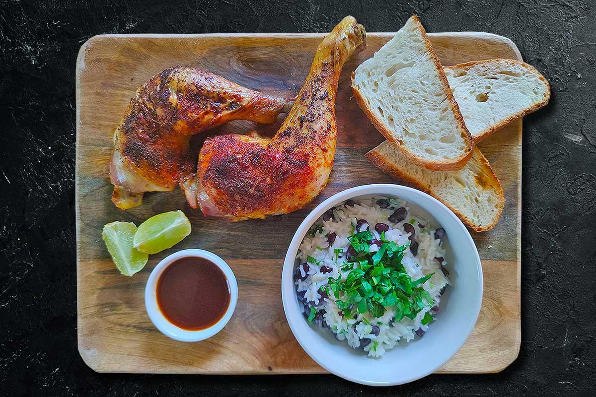 Bio-Haehnchenkeulen-mit-Jamaikanischem-Reis-serviervorschlag